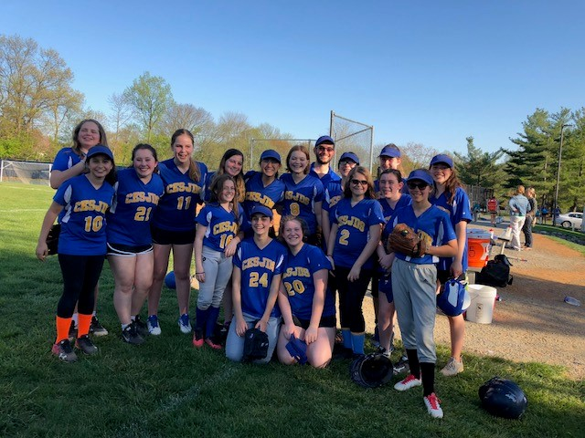 The+middle+school+softball+team+gathers+for+a+picture+following+their+game+against+Waldorf.+%0A