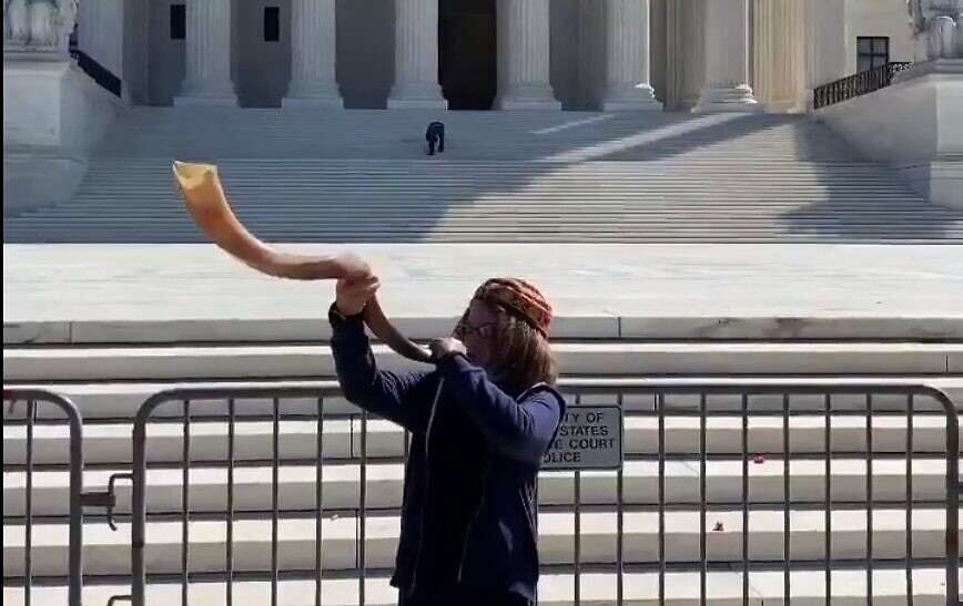 Micha+Blay+blasts+his+shofar+in+front+of+the+U.S.+Supreme+Court+on+Rosh+Hashanah.
