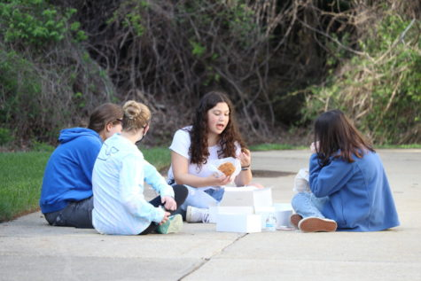 A group of sophomores sit in a cirlce outside the JDS Upper School as they enjoy the Israeli-style food in honor of Yom Haatzmaut (Israeli Independence Day).